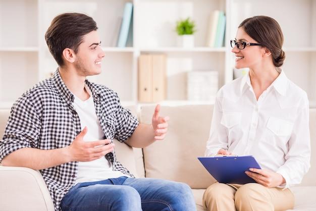 Psicologo che ha una sessione con il suo paziente.