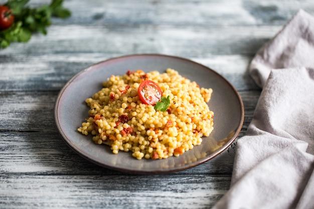 Ptitim o birdy, couscous di pasta israeliano con pomodori ed erbe
