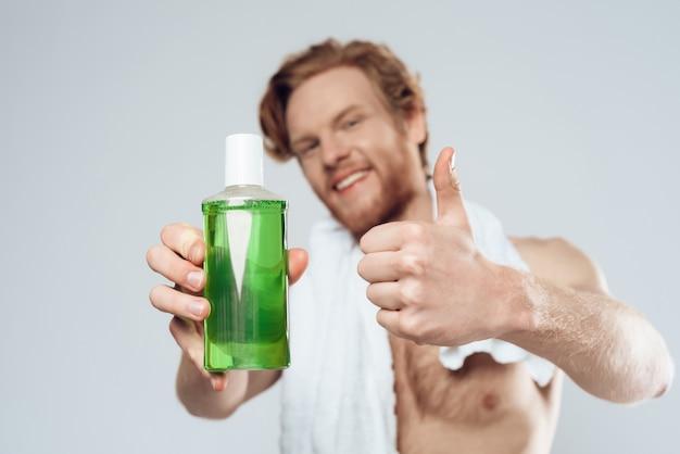Pubblicità del prodotto di igiene dentale con l'uomo con il pollice in alto