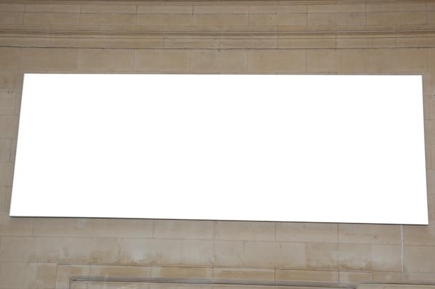 Pubblicità in bianco all'aperto della città del chiosco in vecchio muro di cinta