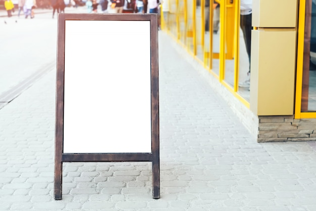 Pubblicità segno all'aperto sulla strada