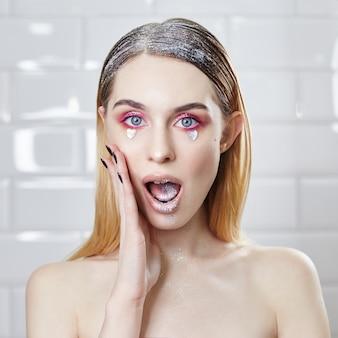 Pubblicità trucco belle labbra grassottelle di colore rosa brillante, aspetto donna, salone di bellezza. pubblicità cura del viso, labbra perfette, trucco di bellezza e cosmetici alla moda