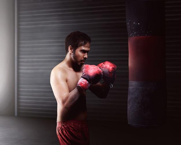 Pugilato atletico di allenamento dell'uomo asiatico