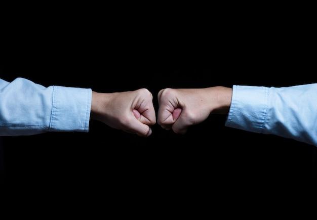 Pugilato e combattimento del pugno della mano di due uomini d'affari. concetto di concorrenza aziendale.