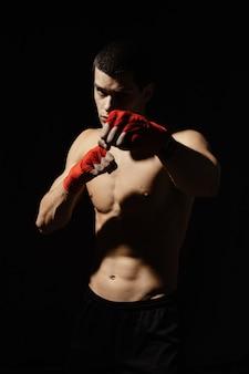 Pugile atletico che perfora con determinazione e precauzione