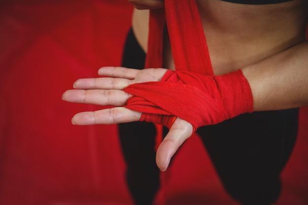 Pugile femminile che indossa la cinghia rossa sul polso