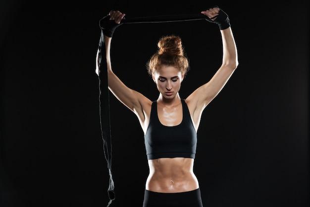 Pugile serio giovane donna sportiva
