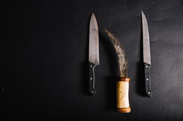Pugnale e coltelli su nero