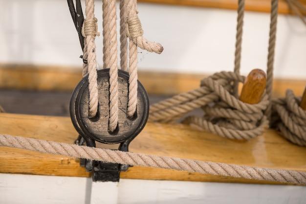 Puleggia per vele e funi in legno su una vecchia barca a vela,