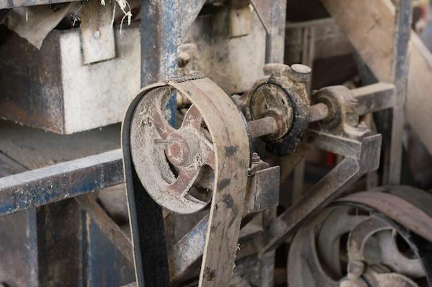 Puleggia vecchia e trasmissione a cinghia