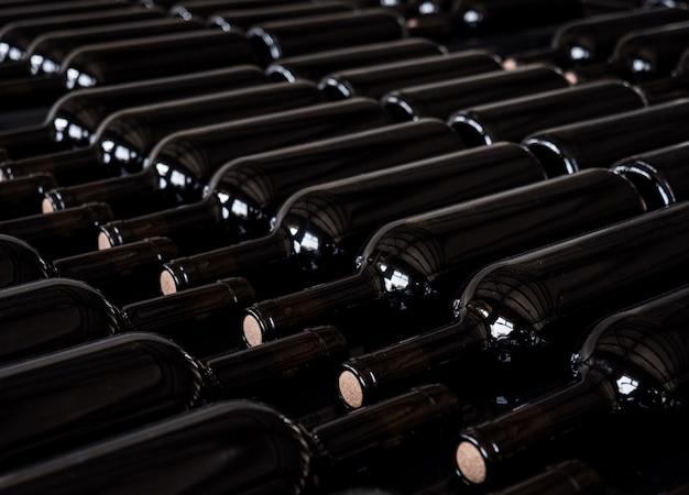 Pulire bottiglie di vino nero