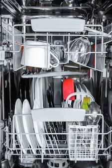 Pulire i piatti nel cestello della lavastoviglie dopo il lavaggio.