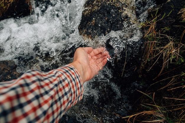 Pulire il fiume di montagna