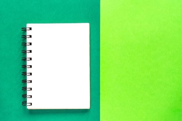 Pulire il quaderno a spirale per le note. minimo piano di lavoro disteso