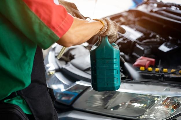 Pulire la sala macchine dell'auto. lavare la sala macchine dell'automobile. macchina di lavaggio auto. concetto di manutenzione auto.