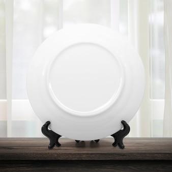 Pulisca il piatto o il piatto ceramico sulla cucina moderna