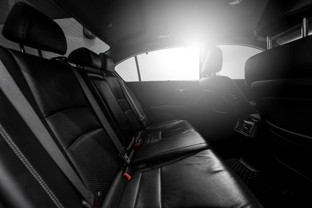 Pulisca l'automobile moderna della console, il disegno dell'interno nero.