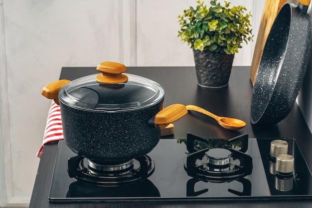 Pulisca la casseruola su una stufa di gas in cucina