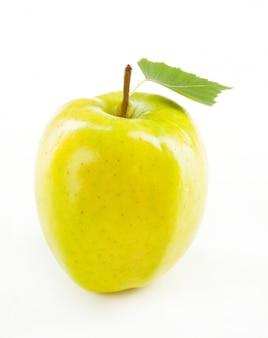 Pulisca la mela verde con la macro della foglia, primo piano isolato