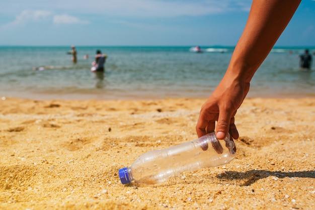 Pulisci la spazzatura sulla spiaggia