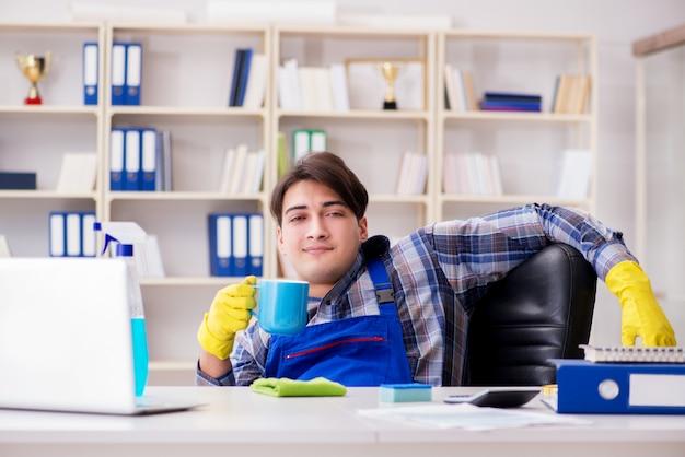 Pulitore maschio che lavora nell'ufficio