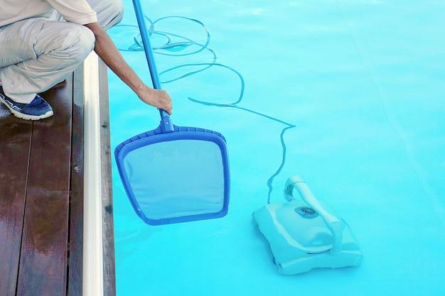 Pulitore per piscina durante il suo lavoro. robot di pulizia per la pulizia del fondo delle piscine.