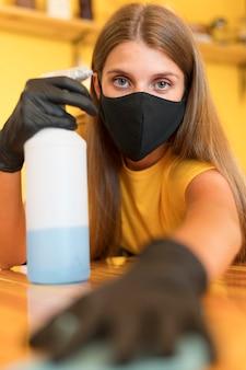 Pulizia barista con disinfettante