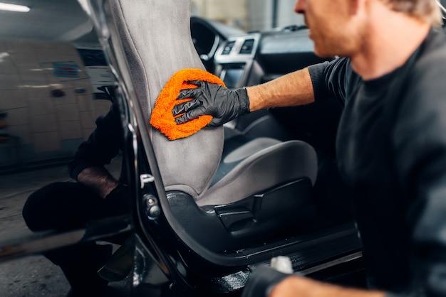 Pulizia chimica dei sedili delle auto con agenti speciali