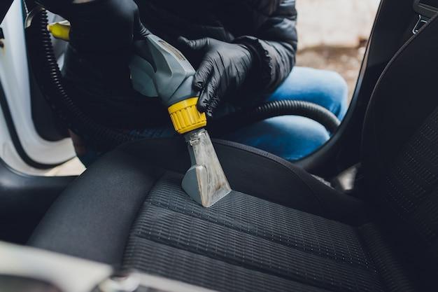 Pulizia chimica dei sedili in tessuto per interni auto con metodo di estrazione professionale. pulizia primaverile o pulizia regolare.