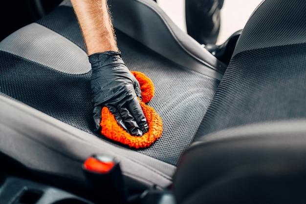 Pulizia chimica dei seggiolini auto con spatola