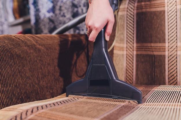 Pulizia chimica del divano con metodo di estrazione professionale. mobili imbottiti. pulizia primaverile o pulizia regolare.