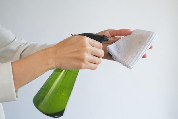Pulizia con detergente spray su un panno