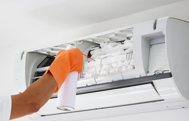 Pulizia del condizionatore d'aria con detergente a schiuma spray