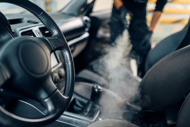 Pulizia del salone dell'auto con pulitore a vapore