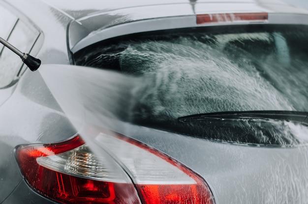 Pulizia dell'auto con acqua ad alta pressione.