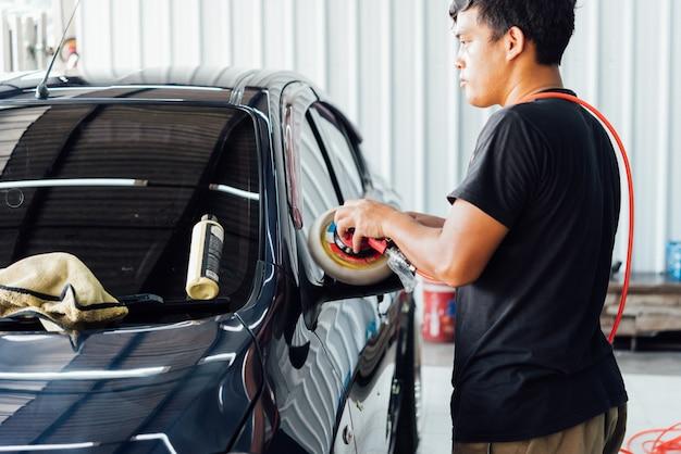 Pulizia dell'auto (dettagli dell'auto) presso il negozio di assistenza auto