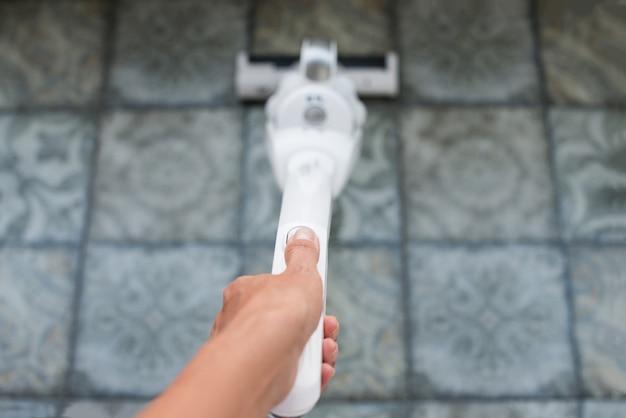 Pulizia della casa con un aspirapolvere, pulizia dell'appartamento.