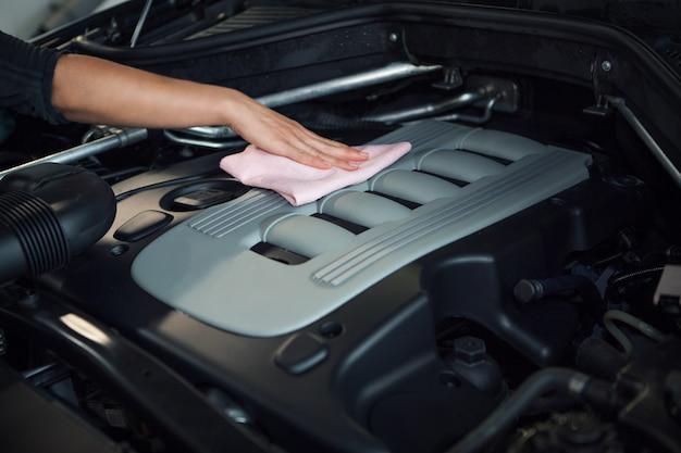 Pulizia della superficie del motore. riparazione e pulizia auto.