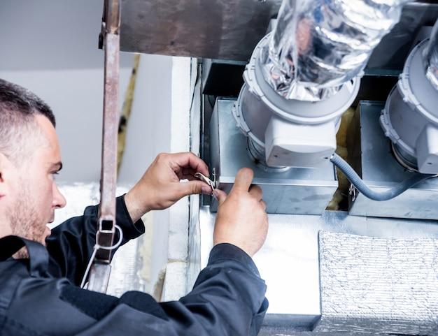 Pulizia della ventilazione. specialista al lavoro. sistema di ventilazione di riparazione (hvac)