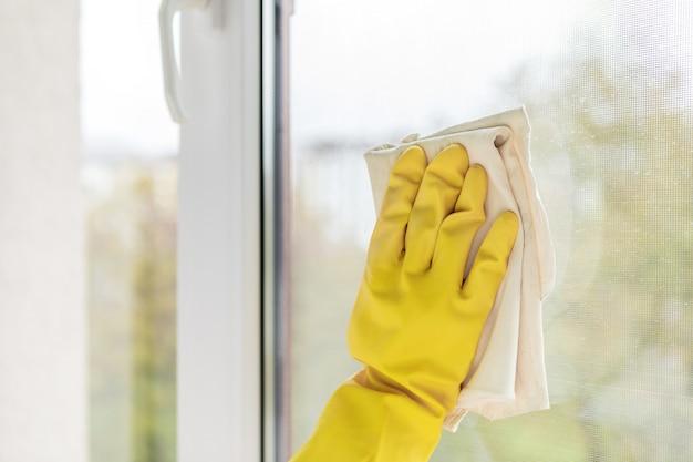 Pulizia delle finestre con uno straccio speciale