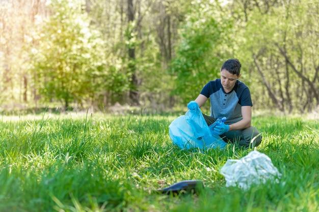 Pulizia di foreste e parchi dall'immondizia, raccolta e raccolta dei rifiuti, assistenza ambientale