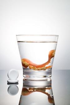 Pulizia di una protesi in un bicchiere con acqua blu. corretto di igiene