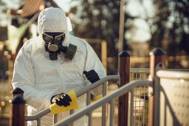 Pulizia e disinfezione nel parco giochi nel complesso sity in mezzo all'epidemia di coronavirus.