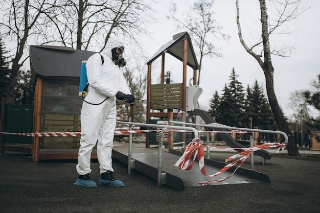 Pulizia e disinfezione nel parco giochi
