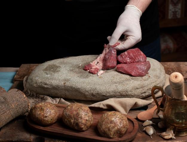 Pulizia e selezione di carne cruda per la preparazione di polpette