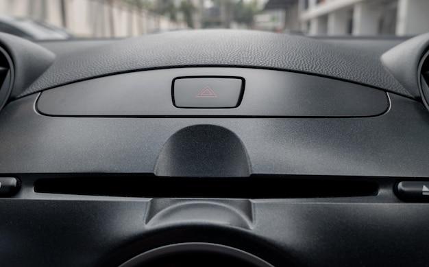 Pulsante di emergenza auto all'interno del posto del conducente.