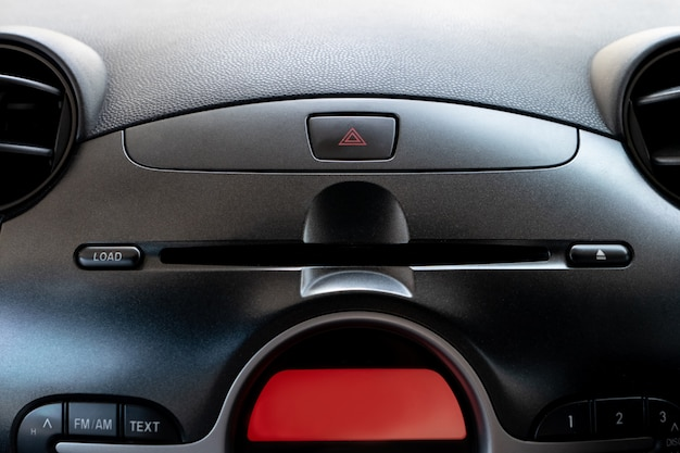 Pulsante di emergenza auto e slot per lettore cd / dvd all'interno del posto guida.