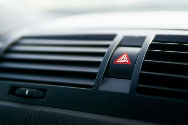Pulsante luce emergenza auto premendo il pulsante triangolare rosso di avviso pericolo auto