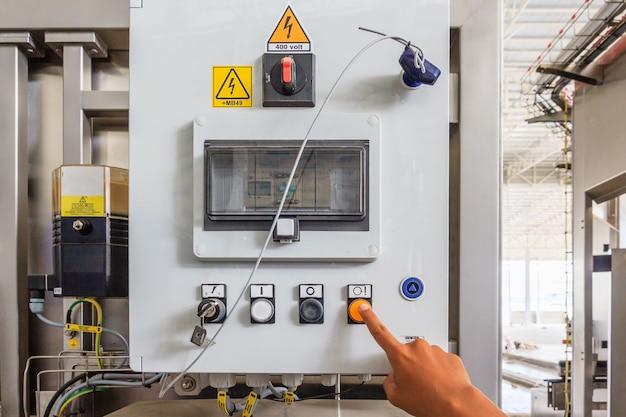 Pulsanti di commutazione industriali sul pannello di controllo per macchina di controllo