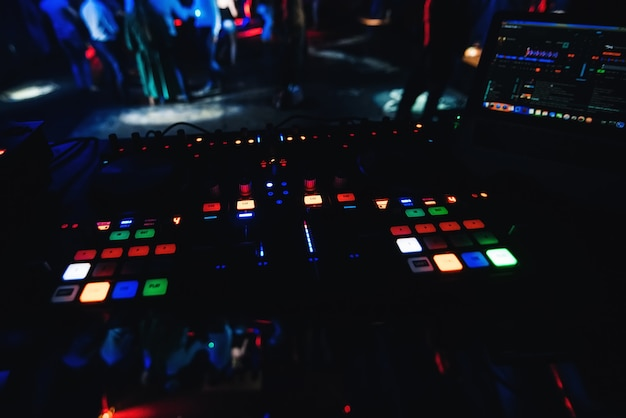 Pulsanti e leve di comando sul mixer musicale professionale dj per mixare musica